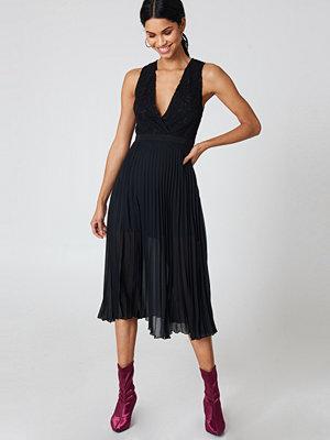 NA-KD Party Deep Neck Pleated Dress svart