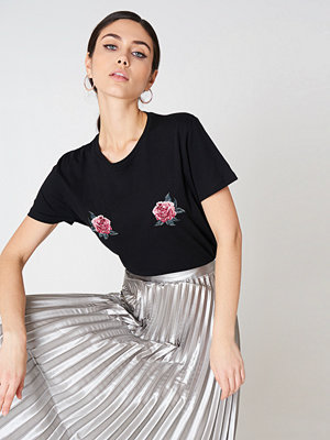 NA-KD Trend Peony Embroidery Tee - Vardag