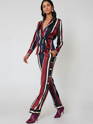 Qontrast X NA-KD mönstrade byxor Multi Stripe Pant röd multicolor