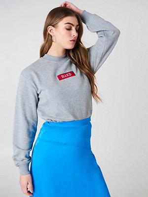 NA-KD NA-KD Logo Sweater grå