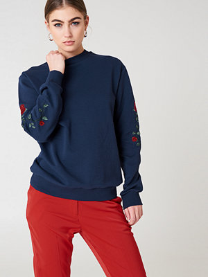 NA-KD Rose Embroidery Sleeve Sweater blå