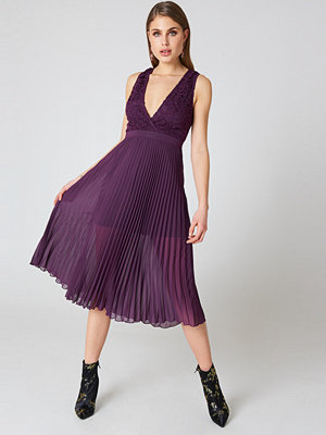 NA-KD Party Deep Neck Pleated Dress lila