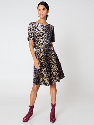 T-shirts - Qontrast X NA-KD Qontrast X NA-KD Leopard Velvet Top