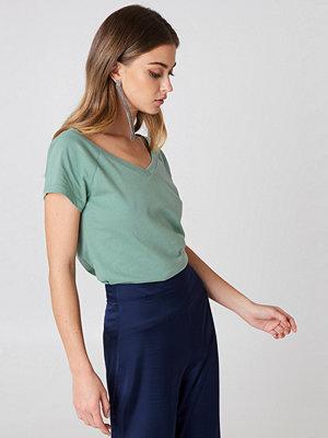 T-shirts - Josefin Ekstr�m for NA-KD Slip Shoulder V-Neck Tee
