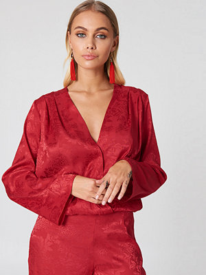NA-KD Wrapped Jacquard Satin Top röd