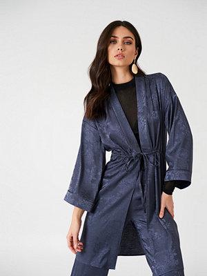 NA-KD Boho Jacquard Satin Kimono - Festklänningar