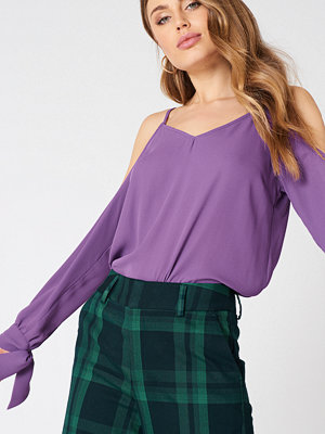 NA-KD Cold Shoulder Knot Sleeve Top lila