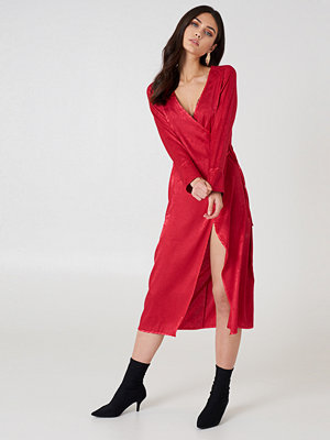 NA-KD Boho Wrapped Jacquard Satin Dress röd