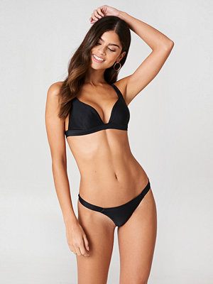 J&K Swim x NA-KD Thin Side Bikini Panty svart