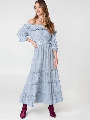 Debiflue x NA-KD Off Shoulder Ankle Dress blå multicolor