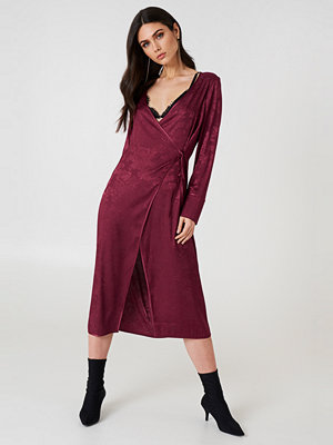 NA-KD Boho Wrapped Jacquard Satin Dress lila