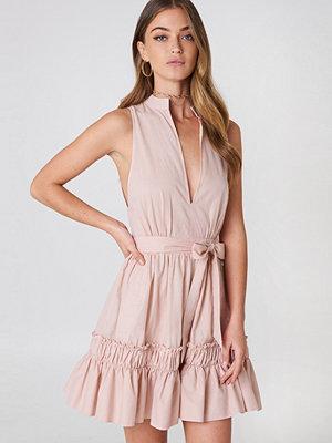 Debiflue x NA-KD Sleeveless Front Tie Dress rosa