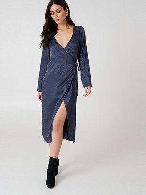 NA-KD Boho Wrapped Jacquard Satin Dress blå