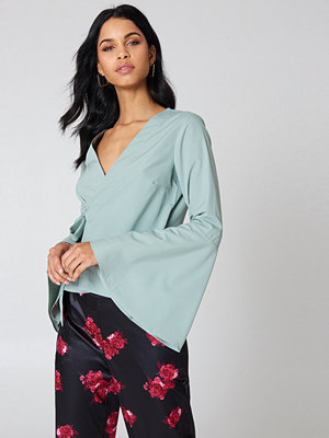 NA-KD Boho Wrap Over Bell Sleeve Top grön