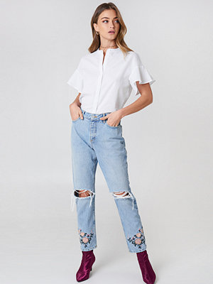 Debiflue x NA-KD High Waist Embroidered Ankle Jeans blå