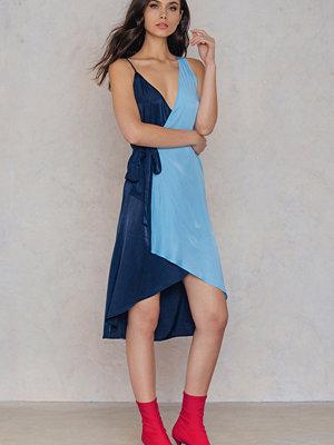NA-KD Asymmetric Wrap Dress - Midiklänningar
