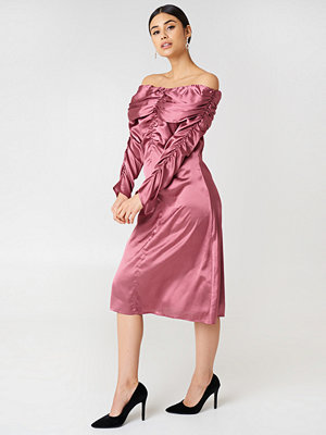 NA-KD Party Ruched Detail Off Shoulder Dress - Midiklänningar