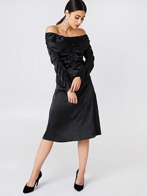 NA-KD Party Ruched Detail Off Shoulder Dress svart