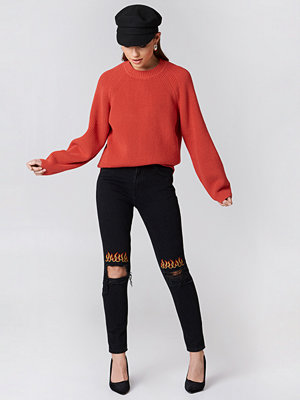 NA-KD Ripped Knee Flame Embroidery Jeans svart