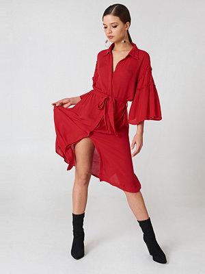 NA-KD Boho Flounce Sleeve Shirt Dress röd