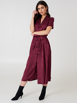 NA-KD Trend Tie Waist Jacquard Satin Dress