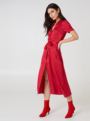 NA-KD Boho Tie Waist Jacquard Satin Dress röd