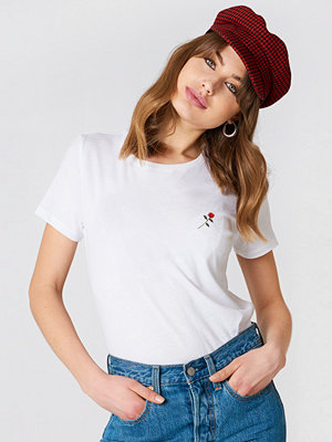 NA-KD Trend Small Chest Rose Embroidery Tee