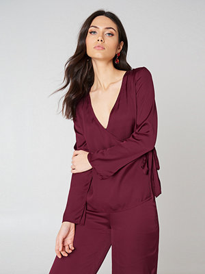 NA-KD Overlap Side Tie Satin Top röd