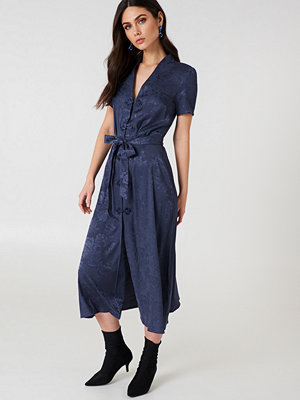NA-KD Boho Tie Waist Jacquard Satin Dress blå