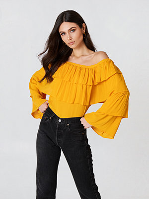 Josefin Ekström for NA-KD Off Shoulder Ruffle Top - Blusar