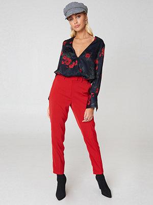NA-KD röda byxor Shiny Suit Pants röd