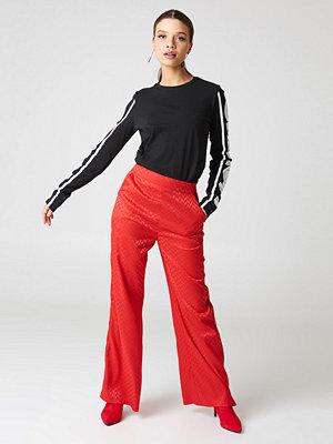 NA-KD Trend röda mönstrade byxor High Waist Flared Jacquard Pants