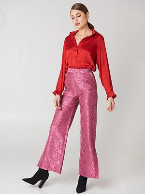 NA-KD rosa mönstrade byxor Flared Flower Jacquard Pants rosa