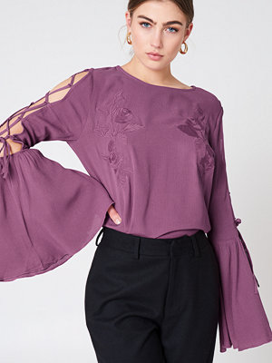 NA-KD Boho Lacing Sleeve Embroidery Top lila