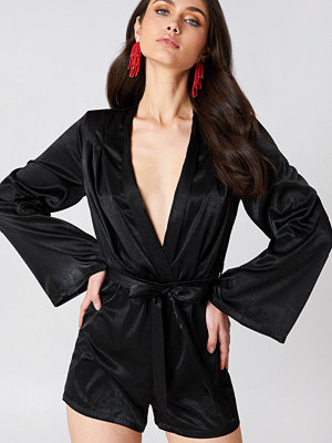 Jumpsuits & playsuits - Hannalicious x NA-KD Deep V-neck Satin Playsuit svart