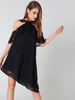 NA-KD Boho Cold Shoulder Frill Lace Dress svart