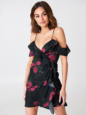 NA-KD Boho Cold Shoulder Flower Printed Overlap Dress svart