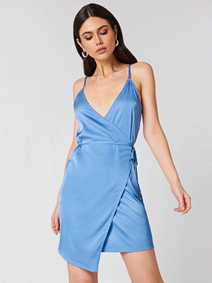 Linn Ahlborg x NA-KD Wrapped Satin Dress - Festklänningar