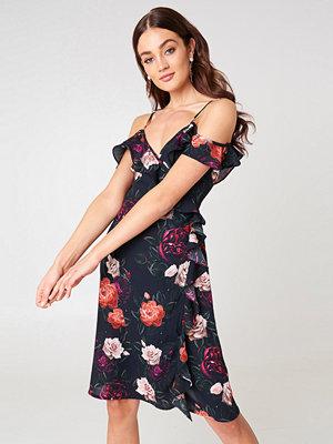 NA-KD Cold Shoulder Flower Printed Overlap Midi Dress - Midiklänningar