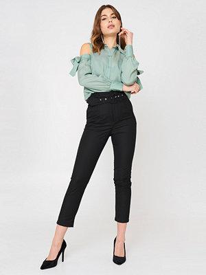 NA-KD Classic svarta byxor High Waist Belted Pants svart