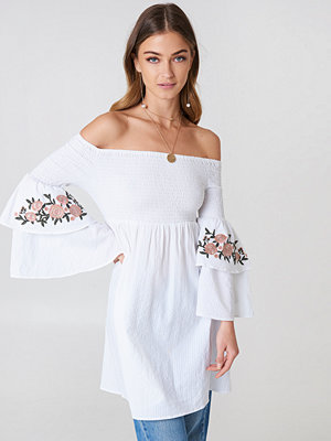 Tunikor - Debiflue x NA-KD Embroidered Smocked Off Shoulder Tunic vit