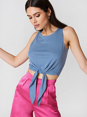 NA-KD Knot Front Cropped Top blå
