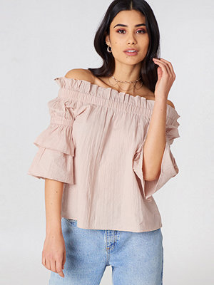 Debiflue x NA-KD Off Shoulder Frill Top rosa