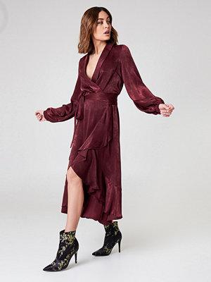 NA-KD Party Wrap Over Satin Frill Dress - Maxiklänningar