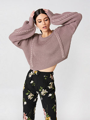 NA-KD Short Cable Knitted Sweater rosa