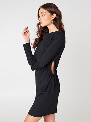 NA-KD Party Side Cut Out Dress svart