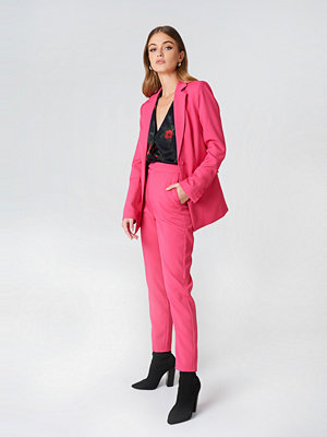 NA-KD Classic Straight Suit Pants rosa byxor