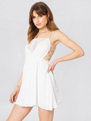 Debiflue x NA-KD Tied Up Mini Dress vit