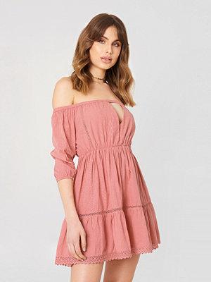 Debiflue x NA-KD Off Shoulder Crochet Dress rosa