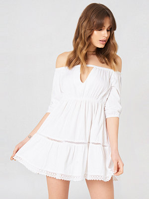 Debiflue x NA-KD Off Shoulder Crochet Dress vit